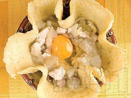 Солена палачинка с пълнеж от пилешко месо, гъби и кашкавал в гювече на фурна - снимка на рецептата